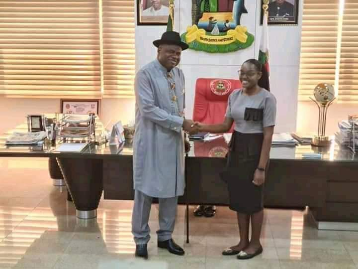 Just In: His Excellency (Sen) Douye Diri hosts Bayelsa Ijaw girl, Barr. Ebizi Blessing Eradiri, who graduated with first class in LLB and first class in Nigeria Law School ranking overall best in the country.